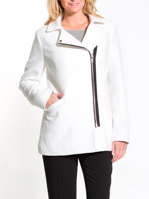 Manteau court zippé, poitrine généreuse