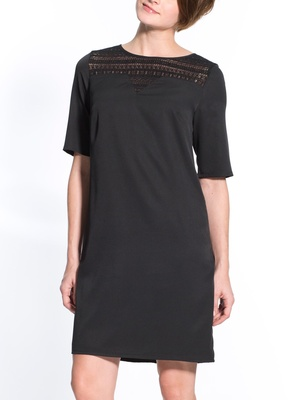 Robe noire, poitrine standard