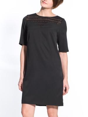 Robe noire, poitrine généreuse